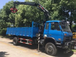 4x2 Dongfeng cargo truck with 5 tons knuckle crane with grab